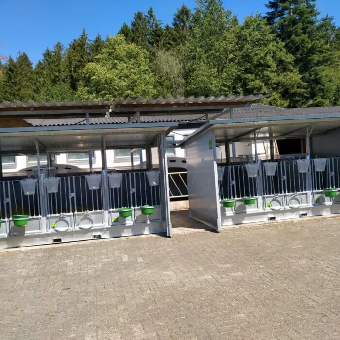 2 Trio Easy Clean Kälberhütten montiert in Kirchhundem